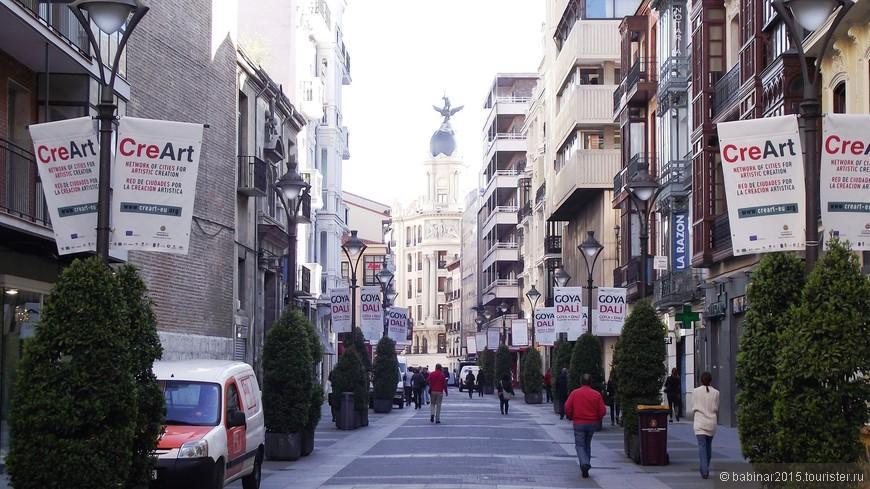 Calle de Santiago - улица ведущая от площади Соррилья к главной площади города. Наверное это главная местная торговая улица с массой бутиков и престижных магазинов.