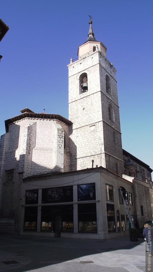 Iglesia de Santiago. Даже к церкви Сантьяго (главный святой Испании) прилепился бутик.