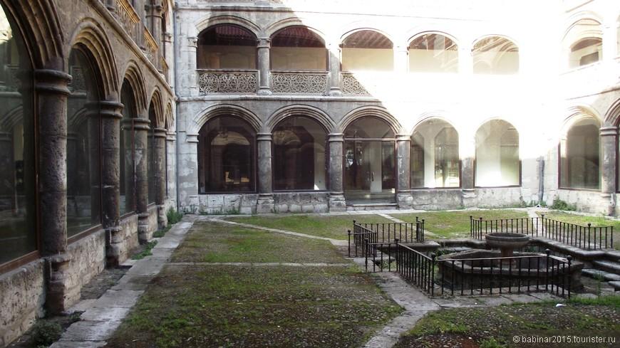 Convento de las Francesas - Comendadoras de Santiago. А вокруг этого старинного монастырского патио - бутики, магазинчики и большой универсальный торговый центр.