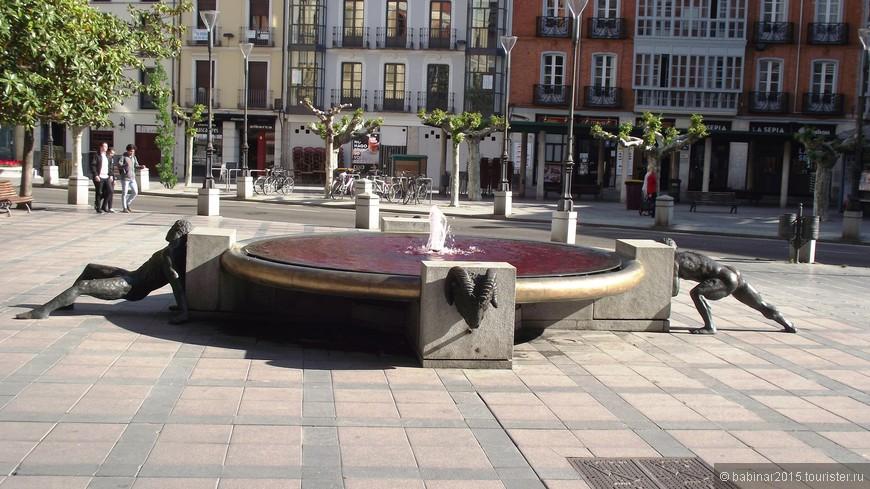 """Plaza Rinconada (Угловая площадь). Обогнув Casa Consistorial на Пласа Майор, натыкаемся на такой забавный фонтан -фонтан Титанов (Fuente de Los Colosos или """"de Los Titanes"""" ) скульптора Педро """"Монаха"""" Лара (Pedro Monje Lara). Если я правильно понял, это символ человеческих усилий, приложенных со всех сторон для возвеличивания и возвышения города. Бараньи головы - символ средневековых таранов, раскалывающих любые преграды. А первая мысль мысль была другая - тщетность всех усилий... А вот вода во всех фонтанах города в тот день была действительно красная."""