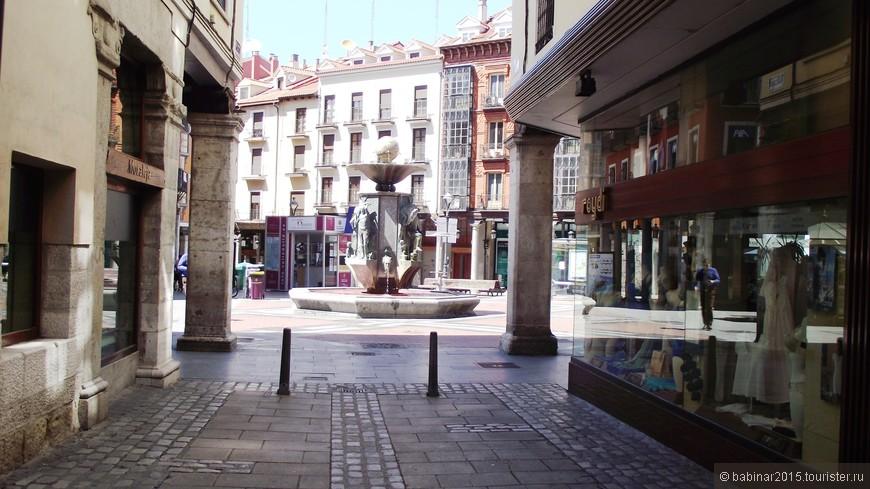Совсем рядом находиться одна из наиболее красивых площадей города Золотой Фонтан - Fuente Dorada