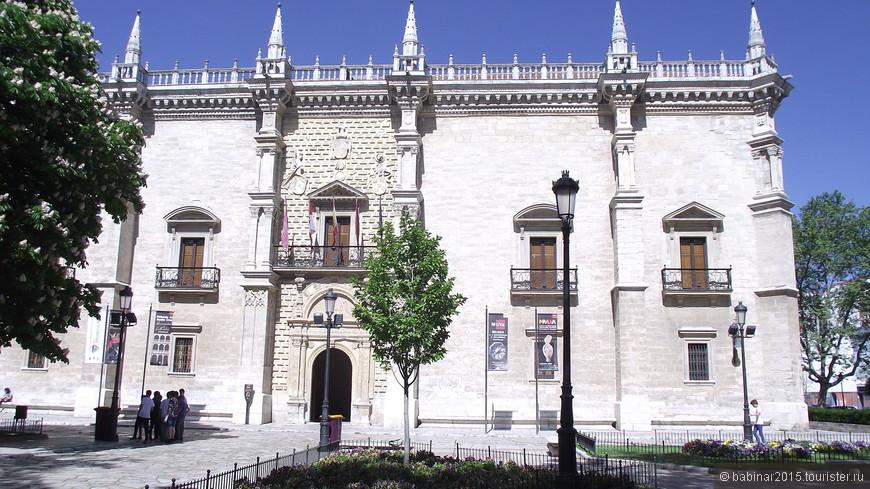 От Золотого фонтана по Núñez de Arce свернем на юго-восток, что бы посмотреть Дворец Св. Креста - Palacio de Santa Cruz. Сейчас здесь расположен Колледж Святого креста. Колледж  был основан в XV веке «великим кардиналом» Педро Гонсалесом де Мендосой, главой испанской церкви, который познакомил королеву Изабеллу с Христофором Колумбом. Строительство прекрасного ренессансного здания началось в 1486 г., по проекту Лоренсо Васкеса дe Сеговия (Lorenzo Vázquez de Segovia), и было закончено в 1491 г. Считается, что это самое раннее здание испанского ренессанса.