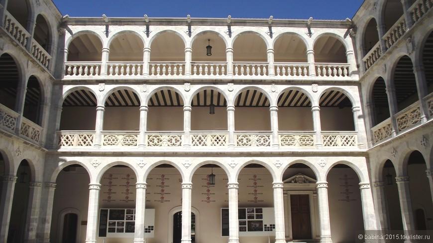 Palacio de Santa Cruz. Столетия назад колледж был школой для неимущих детей, сегодня же является частью Университета Вальядолида. В нем расположена одна из крупнейших библиотек Испании, в фонд которой входят сотни старинных манускриптов – от речей Цицерона до еврейской Библии XX века.