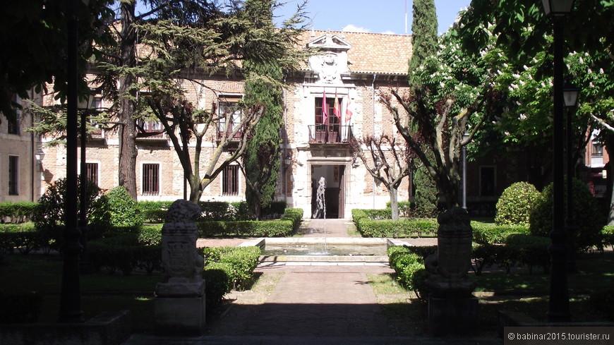 Palacio de Santa Cruz. Красивый внутренний двор, но, к сожалению, эта часть здания недоступна для осмотра. Колледж являлся крупнейшим культурным центром средневековья и обладал богатейшей библиотекой. До сих пор в собрании библиотеки сохранилось 520 манускриптов, 355 инкунабул (первопечатных книг) и 13 тыс. различных изданий XVI-XVIII вв. Так же в этом здании находится музей африканского искусства.