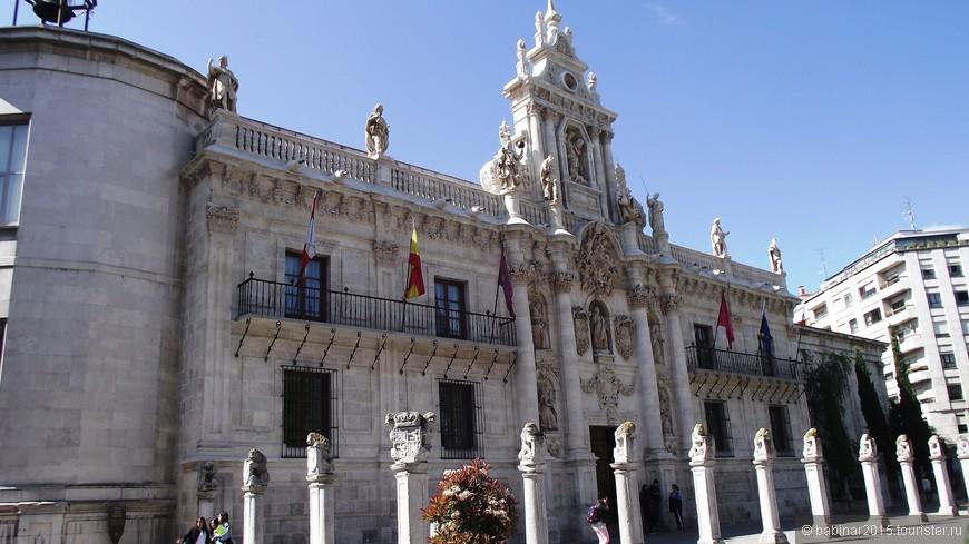 Fachada De La Universidad. Пройде немного по Книжной улице выходим к фактическому центру города, где находится ещё одно здание, принадлежащее Университету, которое так и называется - Фасад (Fachada) Университета. Здание в стиле барокко, построенное между 1716 и 1718 годами с фасадом, выполненным по проекту Антонио Томе и его сыновей Диего и Нарцисо (Антонио Томе также является автором знаменитого окна-транспаренте в Толедском соборе).