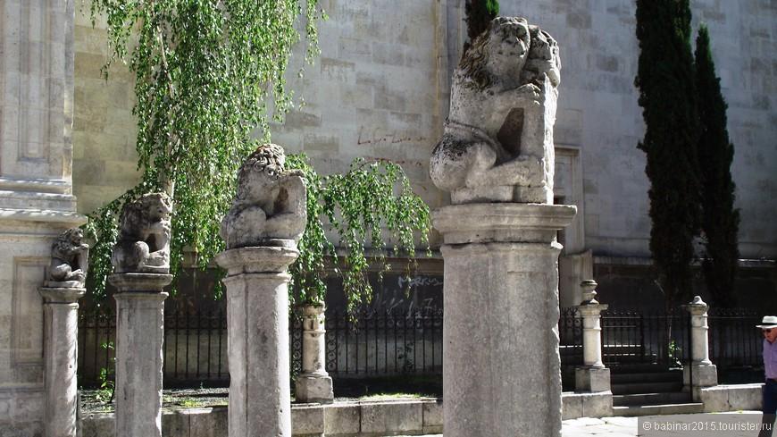 Fachada De La Universidad. Сейчас здесь Факультет права Университета. Перед входом просторный атриум, разграниченный восемнадцатью колоннами с фигурами львов поддерживающих корлевский щит.