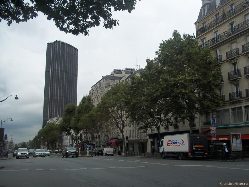 здание вокзала. с Монпарнаса можно уехать в пригород Париж Иль де Франс, например