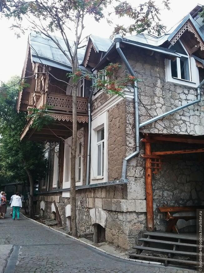 Крытые балкончики, украшенные резьбой, – обычное для Крыма дело.