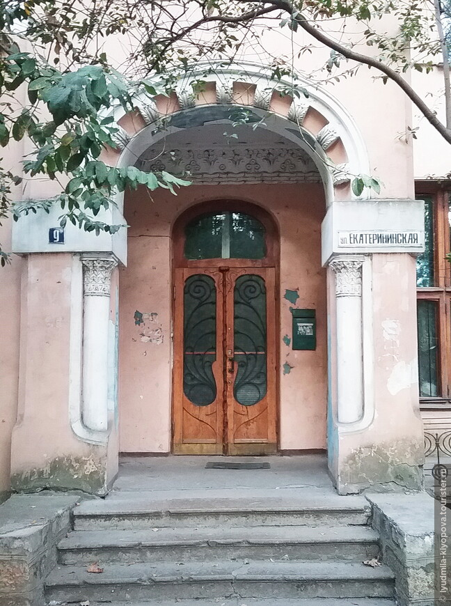 Подъезд жилого дома на Екатерининской, 9.