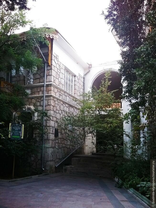 Две части здания соединяет восточная арка.