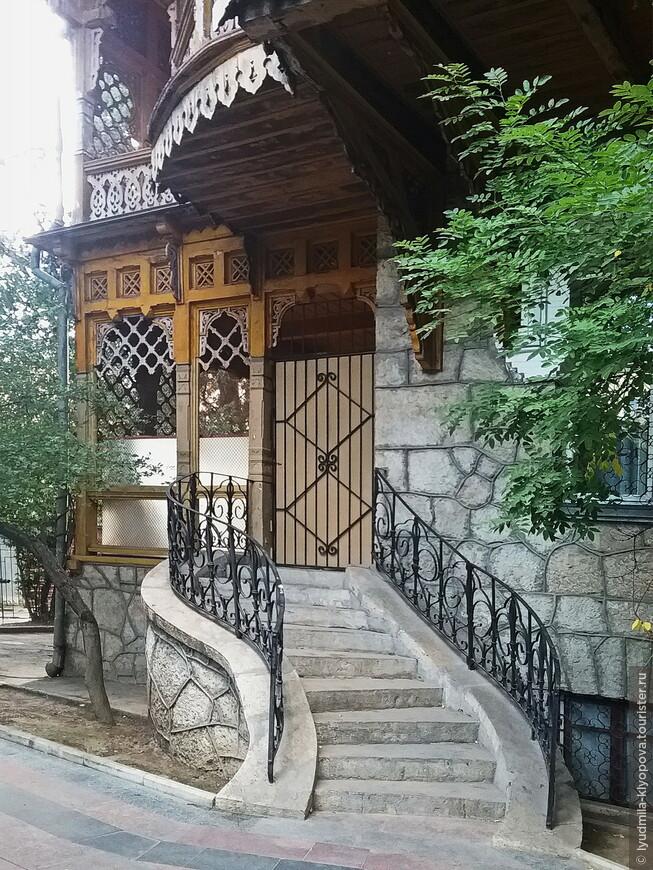 Веранда, декор которой напоминает Бахчисарайский дворец, и тут же – лестница в стиле модерн.