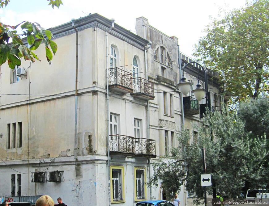 Улица Чехова, дом 14. Архитектура этого дома прекрасна: асимметричные фасады, оформление оконных проёмов, узоры балконных решёток... Какова его судьба? Уходящая натура? Если так, то жаль.