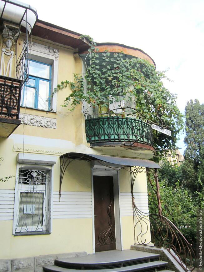 Судя по декору, дом построен в конце XIX века: лепные карнизы, античные женские головки... А крыльцо (видно, недавно отремонтированное) – чистый модерн.