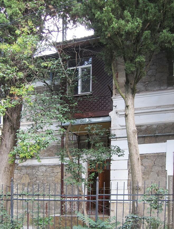 Вот ещё один балкон, возможно, даже маленькая комнатка над козырьком подъезда.