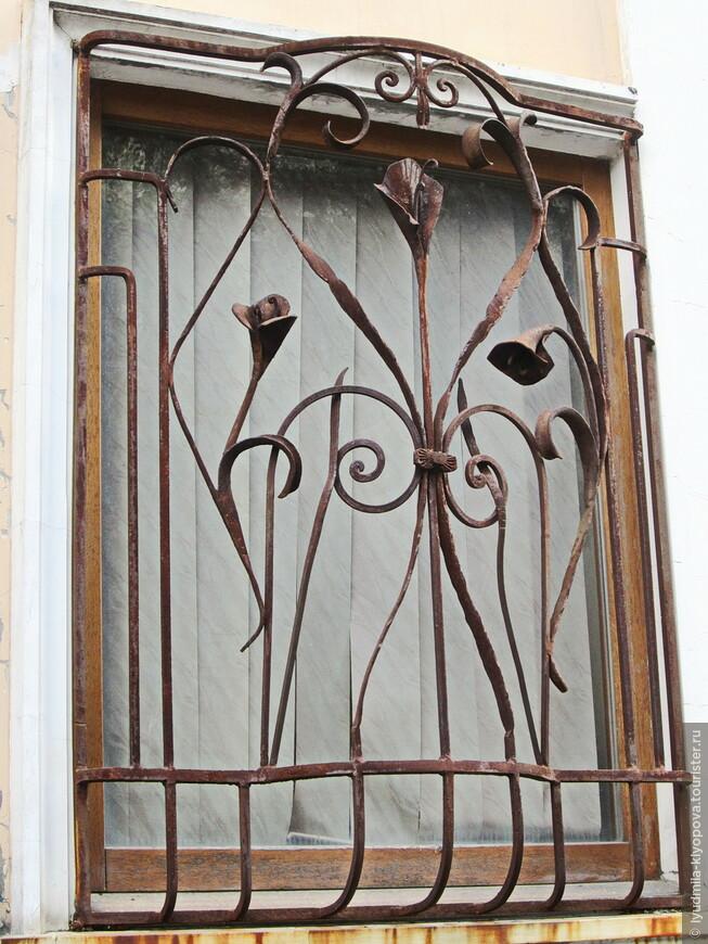 Напротив – бывший жилой дом Роффе (Потёмкинский переулок, дом 4). Окно в окно – совсем другой стиль.