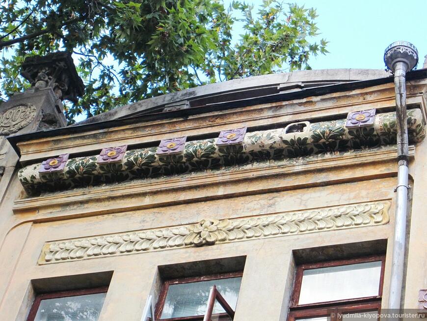 Здесь видна даже дата постройки дома – 1907 год. Это бывший доходный дом П. А. Ширяева (улица Морская, дом 5), а проектировал его Н.П. Краснов.