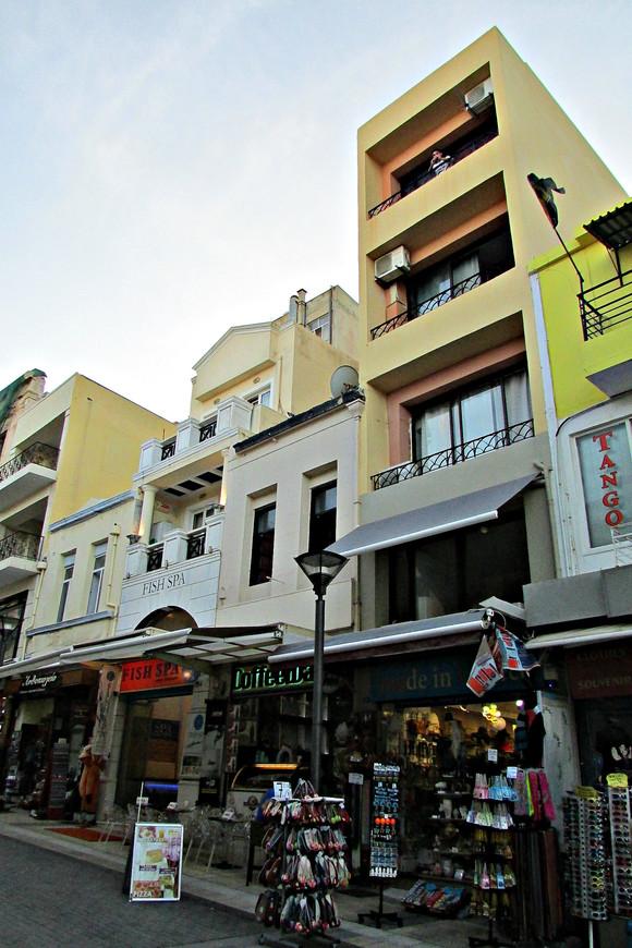 На первых этажах повсюду открыты сувенирные магазины.