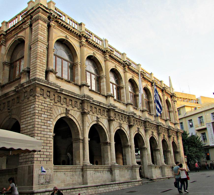 Лоджия. До прихода турок - клуб венецианской знати.  Сейчас здесь какие-то службы городской мэрии.