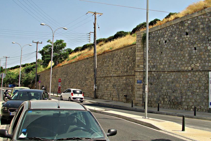 Куда бы ты не шел в Ираклионе, упираешься в мощные стены, построенные еще венецианцами. Они опоясывают полукольцом весь Старый город.