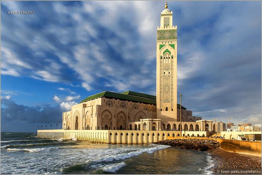 Прежде всего при взгляде на этот шедевр арабо-испанской  архитектуры впечатляют его внушительные размеры. И то, - что мечеть,практически, врезается в суровый океан, возвышаясь над ним. .
