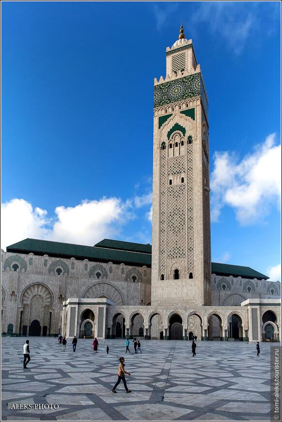 Сухие цифры статистики говорят нам о том, что это седьмая по величине мечеть в мире. Для Марокко, понятно, что она - первая. Вместе с площадью мечеть может вместить более 100 тысяч молящихся. Высота минарета - 210 метров -это рекорд среди минаретов мира.
