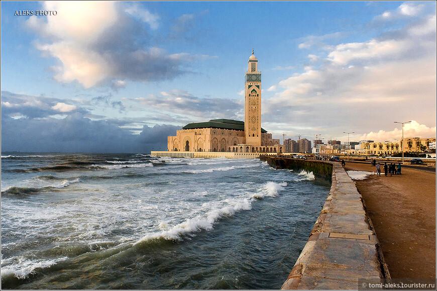 """Идея строительства огромной мечети пришла королю Хасану II. Мечеть он решил построить почти на воде, аргументируя это тем, что """"трон Аллаха покоится на воде"""". Обошлось это удовольствие, выполненное по последнему слову техники в 800 млн долларов."""