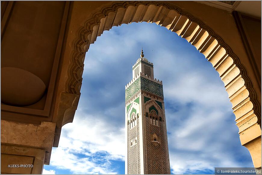Над строительством и отделкой мечети работали 16 тысяч мастеров со всего Марокко. Гранит для отделки был привезен из Тафраута. Мы еще побываем в этом городишке - любимом месте для горных велосипедистов. Мрамор доставляли из Агадира. Люстры, каждая из которых весит 50 тонн были заказаны в Венеции. Оттуда же - из Италии привезли гранитные колонны.