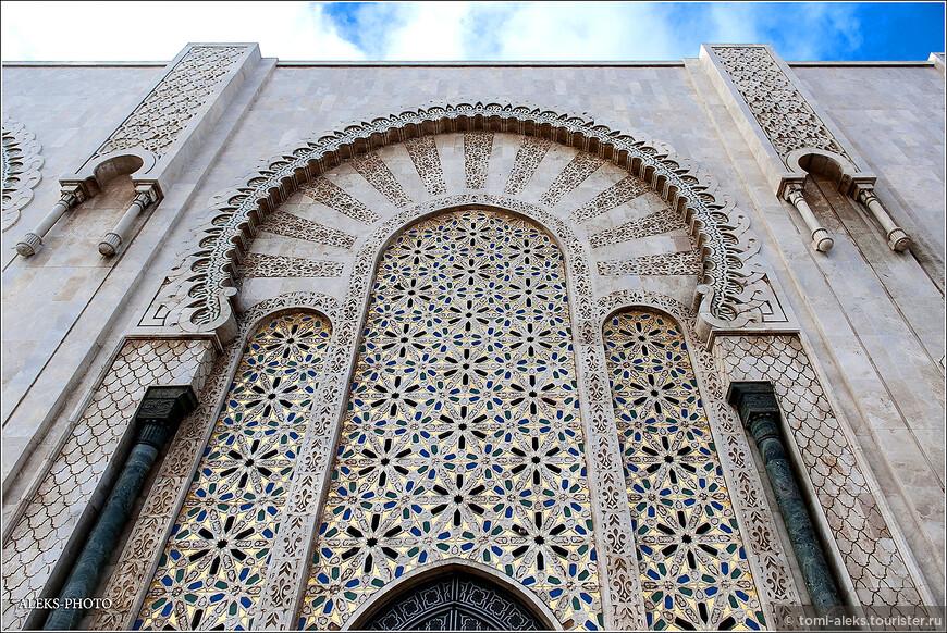 Подковообразные арки в мавританском стиле. Отделка, конечно, безукоризненная. Создатель проета - архитектор Мишель Пинсо окончил Высшую школу изящных искусств в Париже.