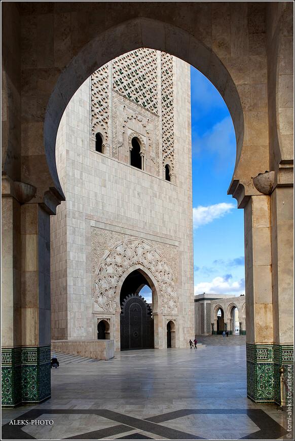В 70-х годах архитектор познакомился с королем Марокко Хасаном II, что и послужило отправной точкой для идеи проекта необычного комплекса. Жизнь повернулась таким образом, что Пинсо стал личным архитектором короля. За 20 лет он создал проект дворца короля в Агадире и множество построек в разных городах Марокко.