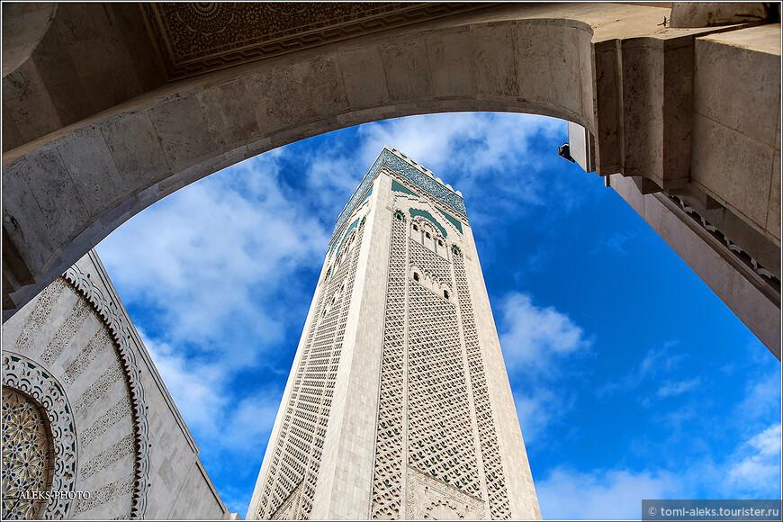 Фасад мечети отделан кремовым и белым камнем.