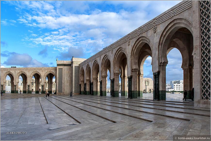 В комплекс мечети входят: медресе, библиотека, музей, зал для конференций. Здесь есть даже конюшня для 50 лошадей. Вот это - очень даже странно. Прихоти короля - это как закон для его личного архитектора. У мечети есть свой небольшой сад.