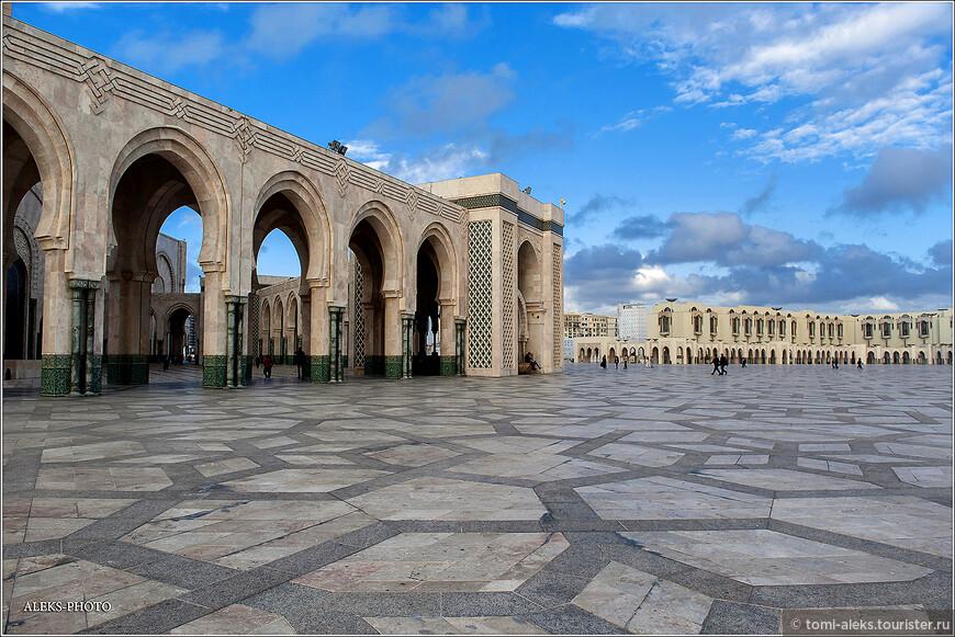 Рассматривая в интернете интерьеры мечети, понимаешь какие огромные средства были в нее вложены. Многие осуждали короля за такое стремление к роскоши.