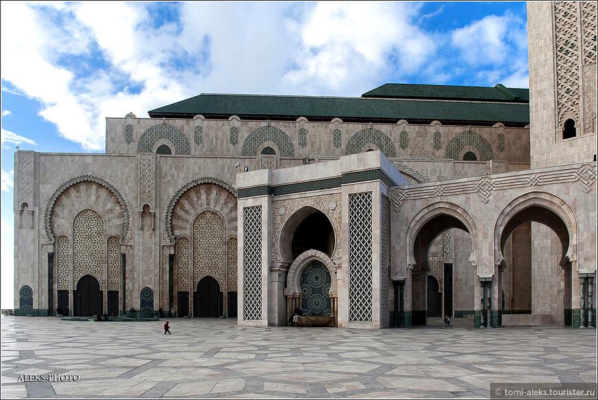Но он ведь стремился обессмертить свое имя в этом творении во имя Аллаха. Снаружи мечеть выглядит все-таки скромнее. Не поленитесь - загляните в интернет и посмотрите картинки интерьеров. Тут возникает аналогия с Тадж Махалом в Индии. Правители тратили огромные средства на строительство таких сооружений.А народ прозябал в нищете.