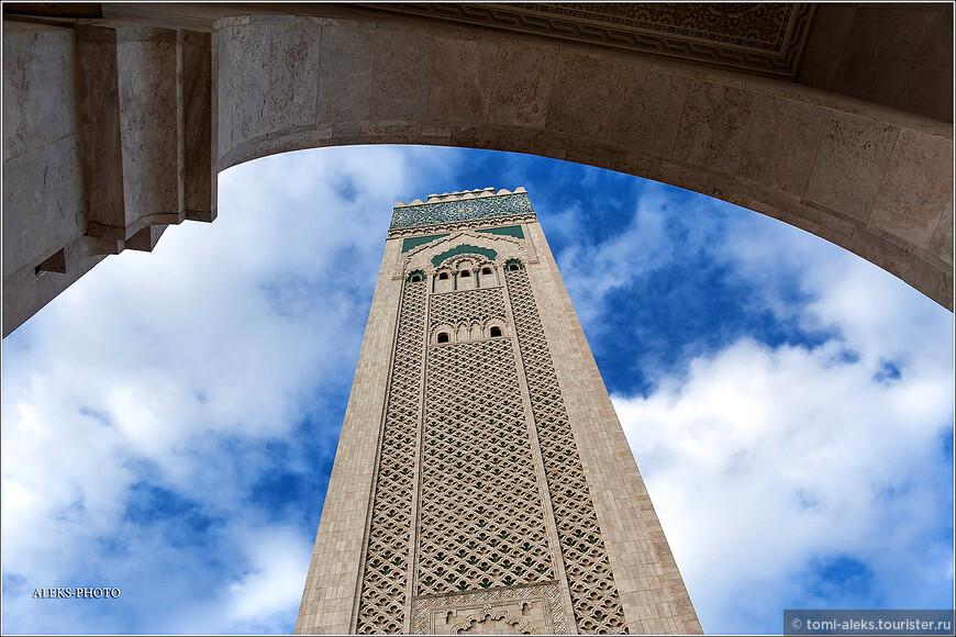 Разница лишь в том, что мечеть Хасана создана как бы для всех. А Тадж Махал изначально строился, как место погребения любимой жены.
