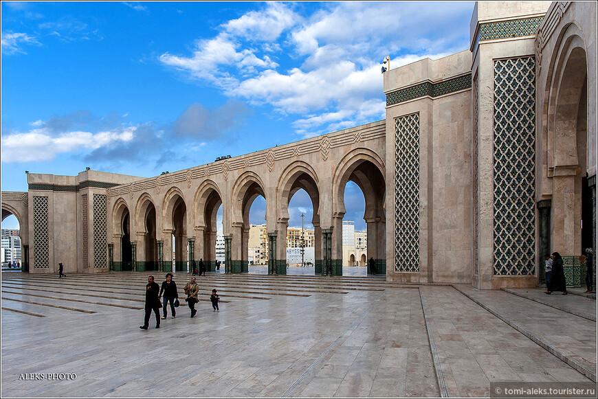 На строительстве храма ежедневно использовался труд более 30 тысяч человек. Зато сегодня здесь гуляют целые семьи жителей Касабланки.