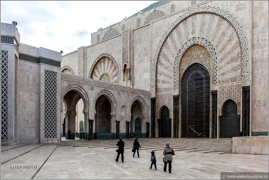 Считается, что мечеть построена на пожертвования, которые собирали по всей стране. Как-то с трудом верится, что бедный народ Марокко мог собрать такую гигантскую сумму - 800 млн долларов.