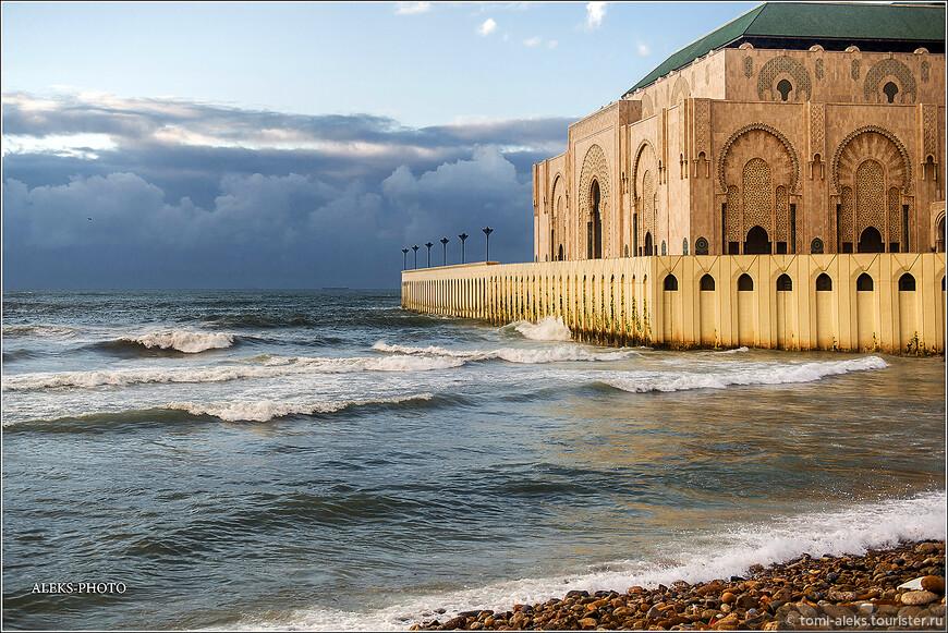 Крыша мечети покрыта зеленой черепицей. А у стен мечети любят купаться местные мальчишки...Вообще, купание в Марокко всегда экстремальное из-за волн.