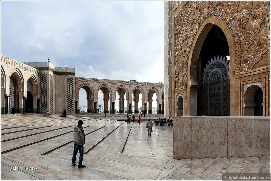 """Надо отдать должное мастерам страны. Вот цитата: мечеть сравнивают  с """"самым большим холстом, когда-либо попадавшим в распоряжение марокканских художников""""."""