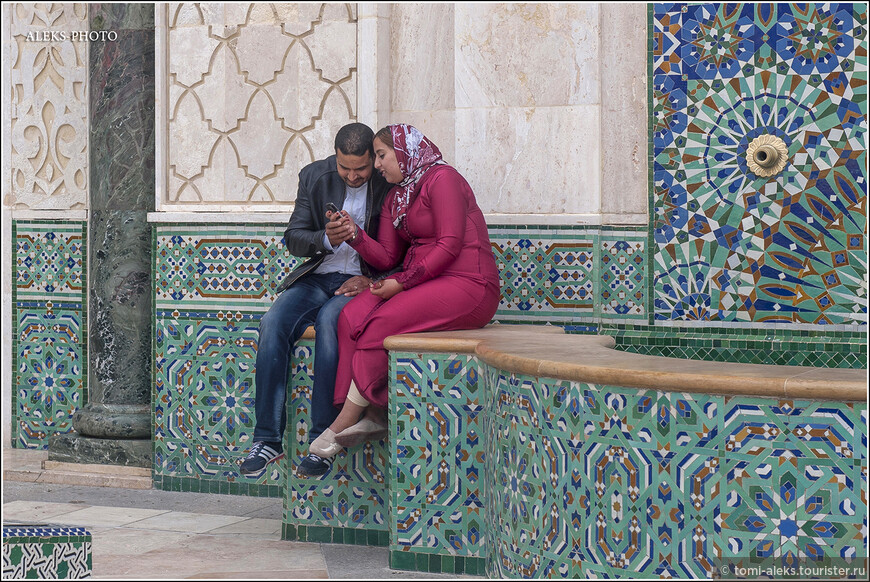 Видимо, площадь с фонтанами у мечети давно вошла в число любимых мест для романтически настроенных пар. Здесь гуляют целыми семьями жители окрестных районов.