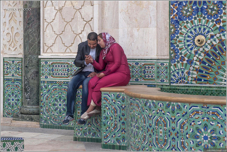 Видимо, площадь с фонтанами у мечети давно вошла в число любимых мест для романтически настроенных пар. Здесь гуляют целыми семьями жители окрестных районов.  , Словно корабль, плывущий по волнам (Марокко)