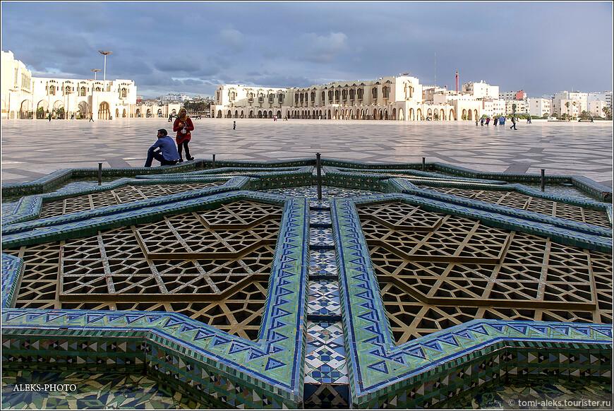 Оказывается, в исламской архитектуре принято использовать свою цветовую гамму. Она состоит из зеленого, синего, желтого, красного и золотистого цветов. Собственно, это мы и видим на примере отделки мечети Хасана II.