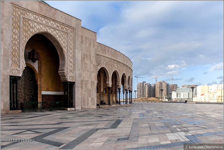 Неподалеку от мечети возводятся новые жилые районы. дело было в 2012 году. Сегодня уже там,видимо, любуются видами на океан и мечеть Хасана не бедные жители Касабланки.