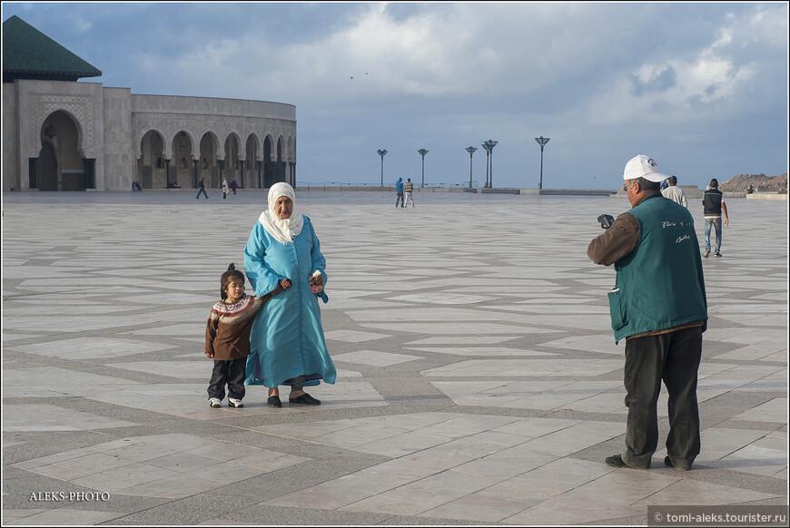 Кто сказал,что мусульмане не фотографируются. Аллах в исламе запрещает изображение человека. Но, как ни странно, я часто видел фотографирующихся марокканцев. Хотя, может, здесь мы видим туристов, таких же, как мы сами...Но все же имейте в виду, - можно схлопотать большие проблемы, снимая местных жителей. Они обычно возмущаются или закрывают лицо руками. У меня было несколько инцидентов. Но разве запретишь фото корреспонденту снимать людей?