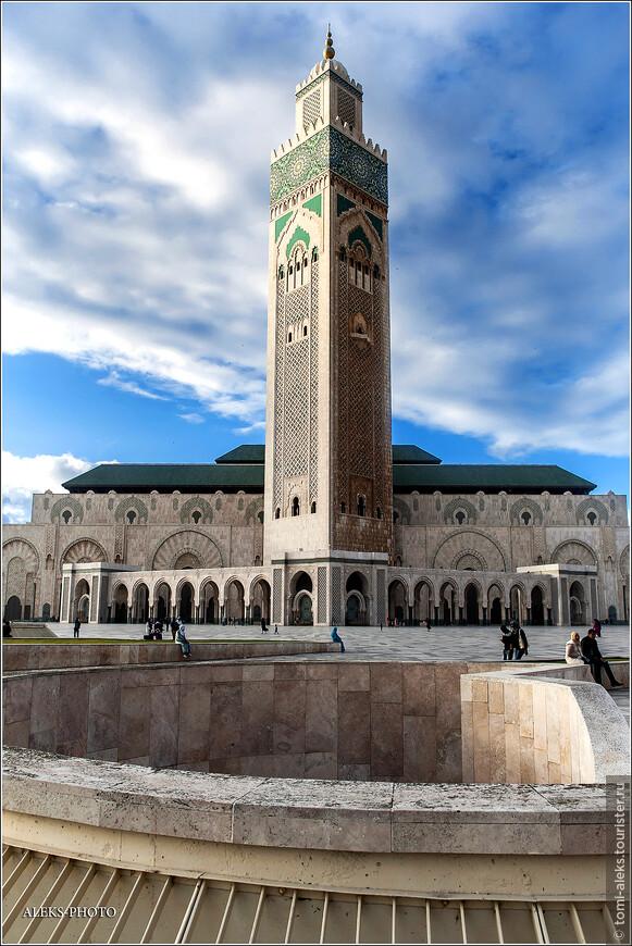 Считается, что король Хасан II много сделал для Марокко.И мечеть, названная его именем - это, своего рода, апофеоз его пребывания у власти. Но в этом вопросе не все так просто.Есть и свои противоречия.