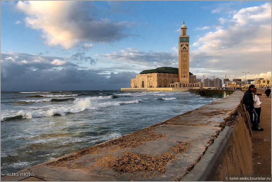 Последний кадр на прощание с Касабланкой. Конечно же за такой короткий промежуток времени нельзя постигнуть,чем живет мегаполис. С маленькими городками все проше  - там все на виду. Но все же теперь мы знаем, что Касабланка - это город, в котором есть уникальная мечеть, стоящая на грани земли и воды.