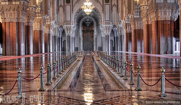 Я редко использую фото из интернета. Но в данном случае - для полноты картины - вот так выглядят 78 колонн главного зала, тех самых, что привезены из Италии. Конечно, впечатляет...