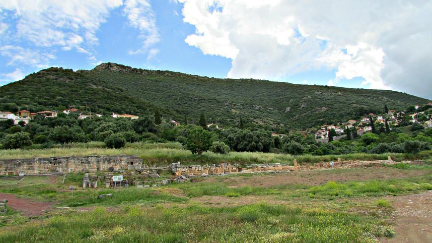 Несколько в стороне от руин древнего города лежит деревня Мавроммати.