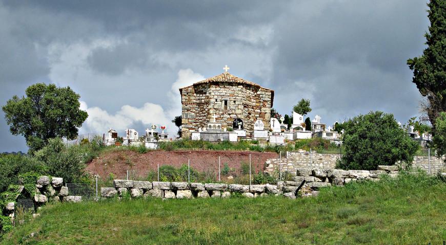 Мы миновали старую церквушку с кладбищем...