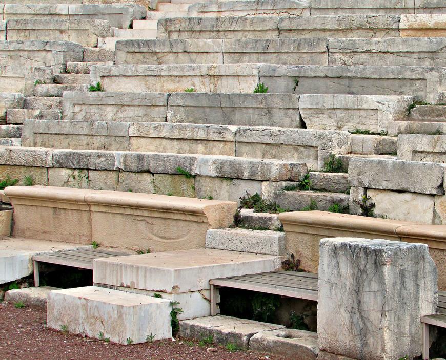 Ни души. Можно посидеть на мраморных скамьях или в кресле верховного жреца и представить, как перед началом  спектакля здесь ходили и рассаживались зрители.