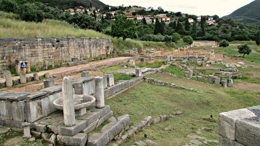 Рядом с театром - остатки древней агоры.